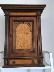alter Holzschrank
