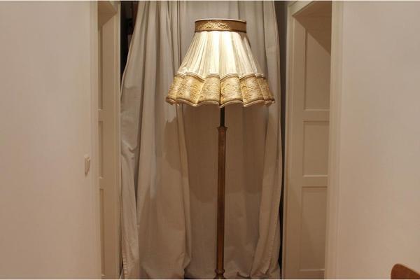 antike stehlampe aus messing gro er lampenschirm gebraucht in m nchen kaufen und verkaufen. Black Bedroom Furniture Sets. Home Design Ideas