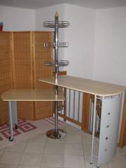 Bartisch mit Barstühlen