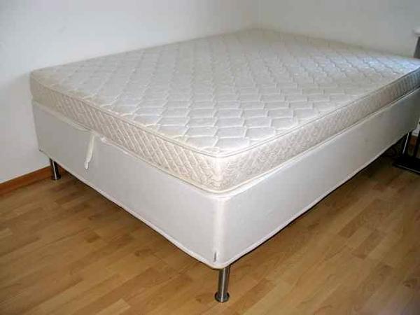 bett 140x200 mit bettkasten f r kissen und decken in berlin betten kaufen und verkaufen ber. Black Bedroom Furniture Sets. Home Design Ideas