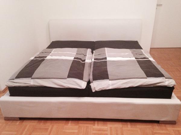 wei es kunstleder bett mit edelstahl f en zu verkaufen im preis enthalten sind zwei. Black Bedroom Furniture Sets. Home Design Ideas