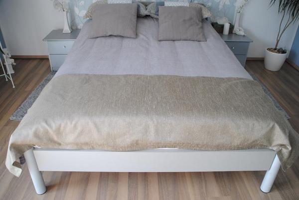 verkauft wird ein bett breite 140cm l nge 200cm lattenrost 2 nachttische zus tzlich ist. Black Bedroom Furniture Sets. Home Design Ideas