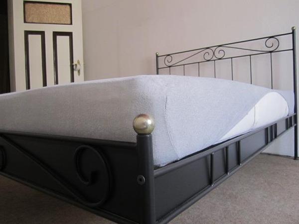bettgestell eisen metrall 1 40 x 2 meter auch f r gro e leute ohne st rendem fu ende in. Black Bedroom Furniture Sets. Home Design Ideas