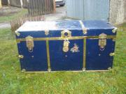 blauer reisekoffer