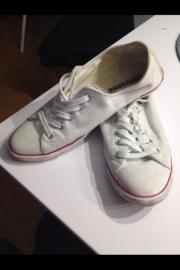 Converse Turnschuhe in weiß Der weiße Stoffschuh in Turnschuh Art von mir Converse. Die Schuhe habe ich nicht oft getragen weil sie mir ein bisschen zu eng waren. Trotz dem ... 25,- D-74321Bietigheim-Bissingen Bietigheim Heute, 13:06 Uhr, Bietigheim-Bissi - Converse Turnschuhe in weiß Der weiße Stoffschuh in Turnschuh Art von mir Converse. Die Schuhe habe ich nicht oft getragen weil sie mir ein bisschen zu eng waren. Trotz dem