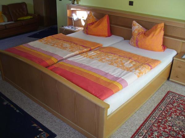 Doppelbett mit Nachttischen und Schrank in Külsheim - Schränke ...