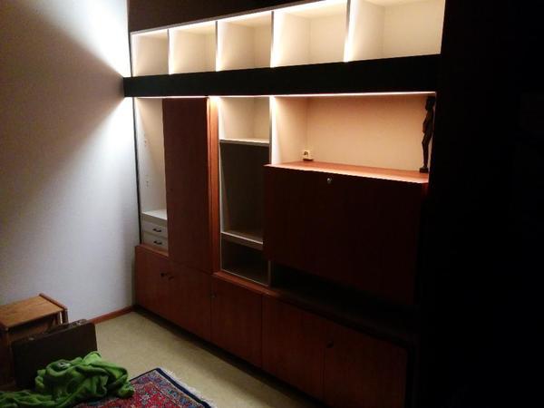 doppelseitiger schrank auf der einen seite ein regal und. Black Bedroom Furniture Sets. Home Design Ideas