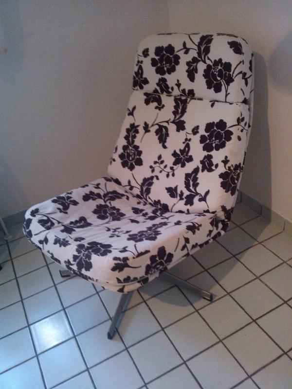 ikea sessel lunna mit schwarz wei em blumenmuster in. Black Bedroom Furniture Sets. Home Design Ideas