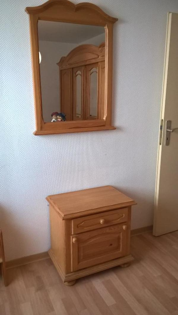 kiefer schlafzimmer 10 jahre alt sehr gut erhalten wegen wohnungsaufl sung f r 300eur zu. Black Bedroom Furniture Sets. Home Design Ideas