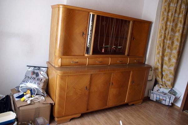 zu verkaufen ist ein gut erhaltener k chenschrank mit glaseinsatz das oberteil kann abgenommen. Black Bedroom Furniture Sets. Home Design Ideas