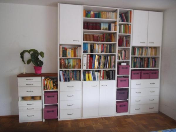 regale mit einbauschr nken bzw schubladen aus vollholz. Black Bedroom Furniture Sets. Home Design Ideas
