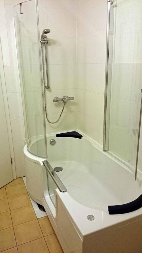 saniku sanikuduo links 1800x800 900x570 duschwanne mit t r in stuttgart bad einrichtung. Black Bedroom Furniture Sets. Home Design Ideas