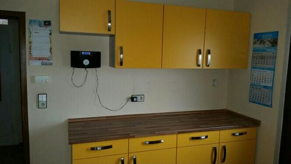 sch ne gelbe k che in stringen k chenzeilen. Black Bedroom Furniture Sets. Home Design Ideas