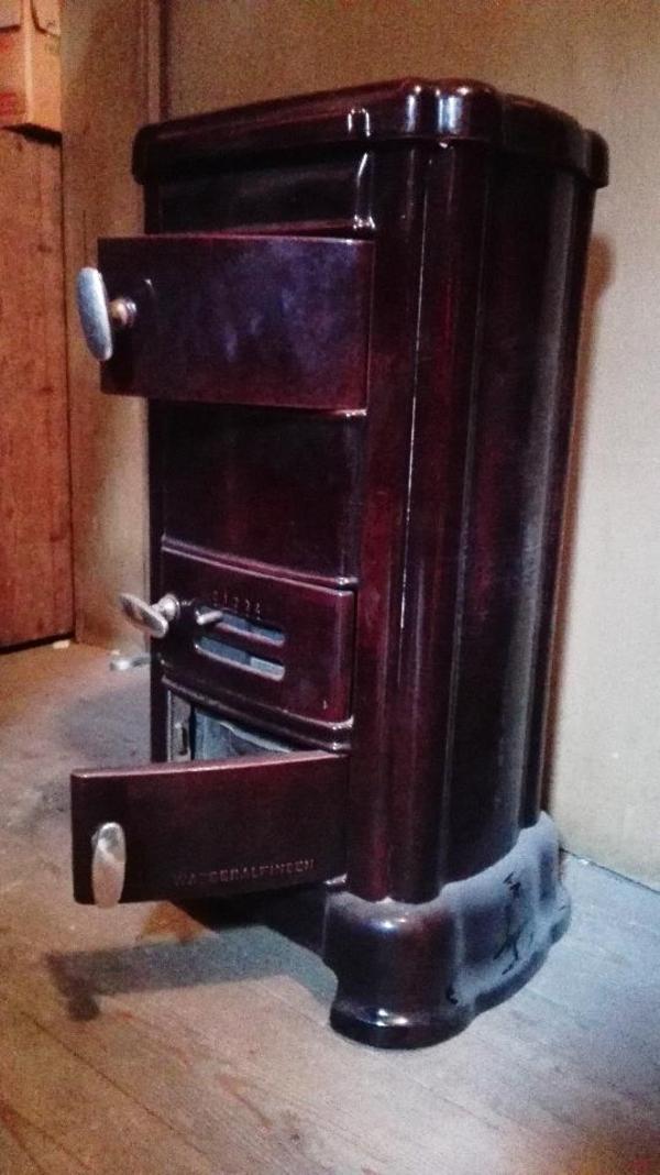 antiker ofen in der farbe dunkelrot mit schamottsteinen zu verkaufen. Black Bedroom Furniture Sets. Home Design Ideas