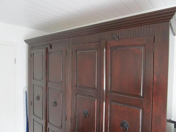 sch ner schrank im modernen und zeitlosen kolonialstil 3 jahre alt sch n gross mit 4 t ren in. Black Bedroom Furniture Sets. Home Design Ideas
