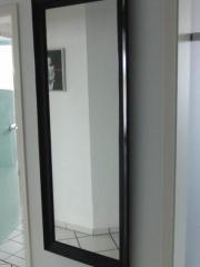 Wandspiegel mit Holzrahmen