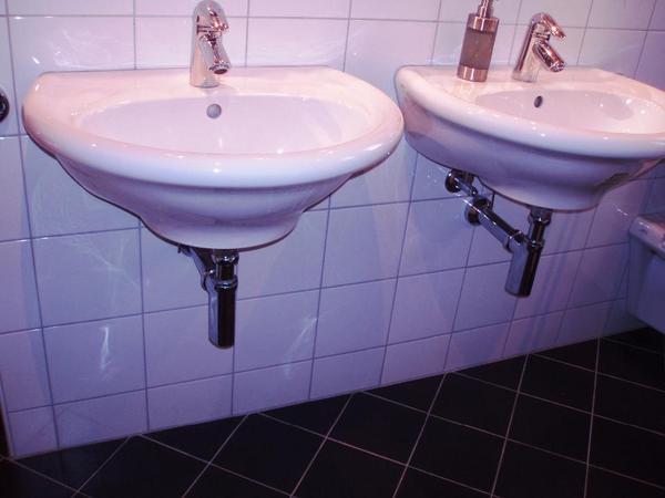 waschbecken laufen 2stk bad einrichtung und ger te. Black Bedroom Furniture Sets. Home Design Ideas