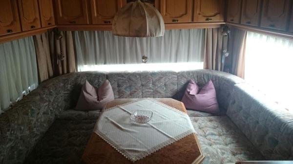 top gepflegter wohnwagen mit festem schutzdach und vorzelt mit holzrahmen winterfest. Black Bedroom Furniture Sets. Home Design Ideas