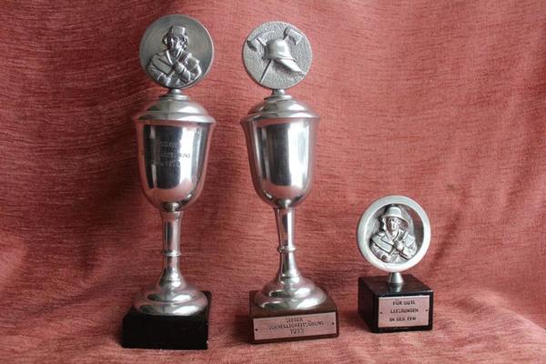 3 alte Feuerwehr-Pokale