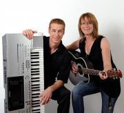 Alleinunterhalter Musik Duo Sängerin spielt