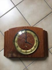 Alte Uhr mit neuem elektronischem