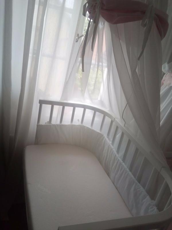 BabyBay Maxi Beistellbett - Rhodt - BabyBay Maxi 50cm x90 cm in weiß (Buche massiv). Höhenverstellbarer Boden, sufenlos. Befestigung am Bett möglich. Im Umfang enthalten BabyBay Matratze Comfort sowie Nestchen und Himmel.Das Bett wurde nur einmal genutzt. - Rhodt