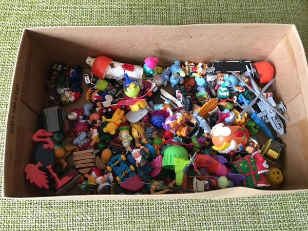 Box mit Überraschungseiern - Roetgen - Sammel-Box mit Überraschungseiern, hauptsächlich aus den 90ern.Privatverkauf. Keine Rücknahme. Keine Garantie - Roetgen