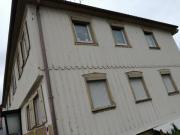 Ein älteres Mehrfamilienhaus