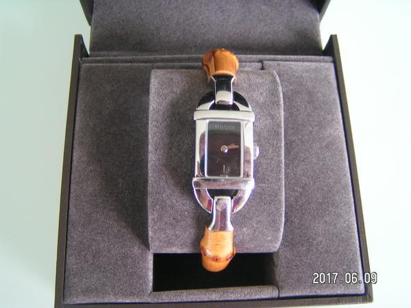 Gucci Bambus Armband Uhr, Modell 6800L - Karlsruhe Palmbach - Im Angebot ist eine sehr gut erhaltene und wenig getragene Gucci Armbanduhr (Modell 6800L) für Damen. Das Armband aus Bambus (Typ Spangenarmband/Armreif) hat einen Umfang von 20cm, die Breite ist 1,2cm. Der Durchmesser des Uhrengehä - Karlsruhe Palmbach