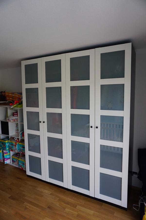 IKEA PAX Schrank, schwarzbrauner Korpus, weiße Türen in ...