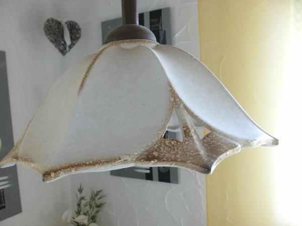 Lampe mit Keramikschirm - öhringen - Lampe hat einen Keramikschirm, ist durch ein Spiralkabel höhenverstellbar, leuchtet gut das Darunterliegende aus.Farbe Beige und am Rand leicht Braun - öhringen