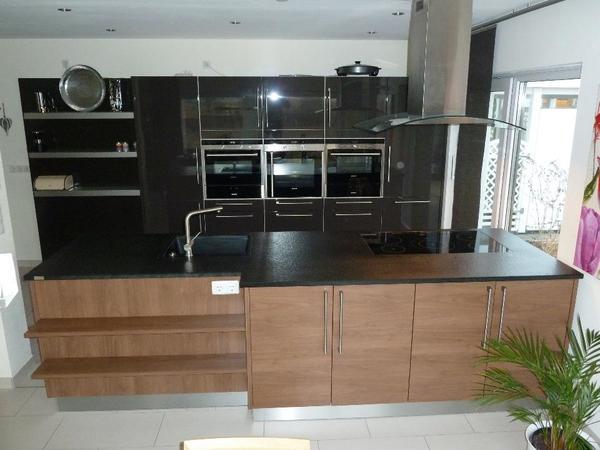 moderne k chenzeile mit insel mit granitplatte siemens. Black Bedroom Furniture Sets. Home Design Ideas