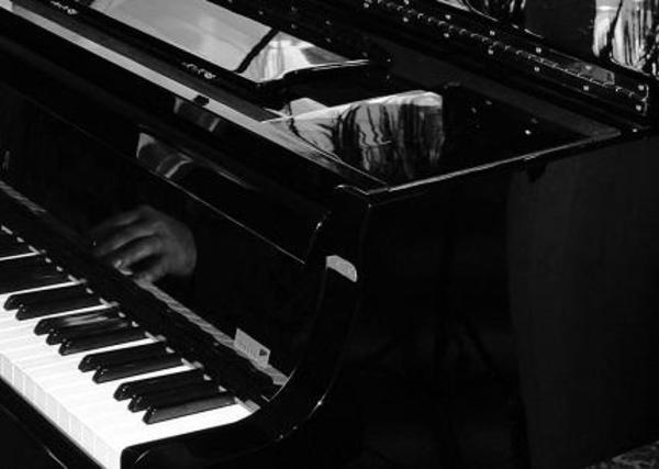 Musiklehrer erteilt Keyboard Klavierunterricht Raum
