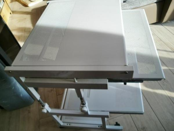 PC-Tisch aus Metall auf Rollen