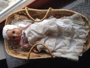 Puppe im Taufkleid