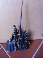 Schwarzer Ritter auf Pferd von