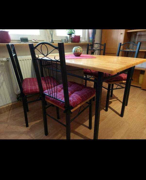 Tisch mit Stühlen - Wörth - Toller Tisch inkl. 4 Stühle. Gestell vom Tisch und den Stühlen aus schwarzen Metall. Tischplatte und Sitzfläche der Stühle aus Holz. - Wörth