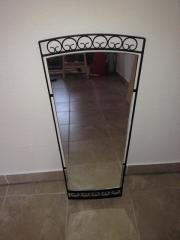 Wandspiegel mit Eisenbeschlag in schwarz